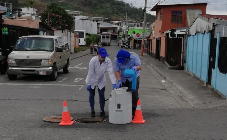 La Dra. Carolina Santamaría, del INISA, junto a su grupo de investigación, analizará las aguas residuales de todo el país buscando la presencia del coronavirus SARS-CoV-2.  Fuente: Laura Rodríguez, ODI-UCR.