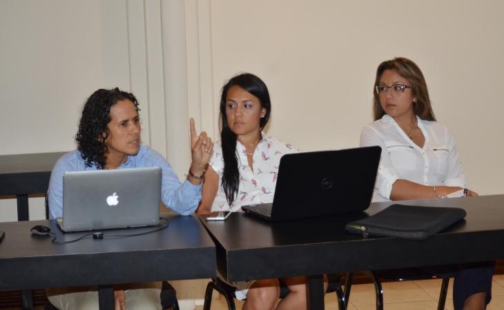 La doctora Marianela Cortés Muñoz, coordinadora de proinnova en compañía de otros asistentes a la reunión.